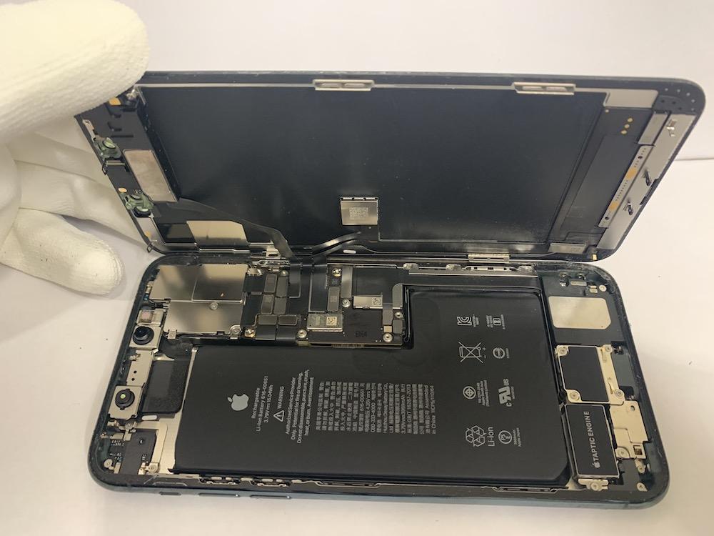 分解中のiPhone11Pro Maxの写真
