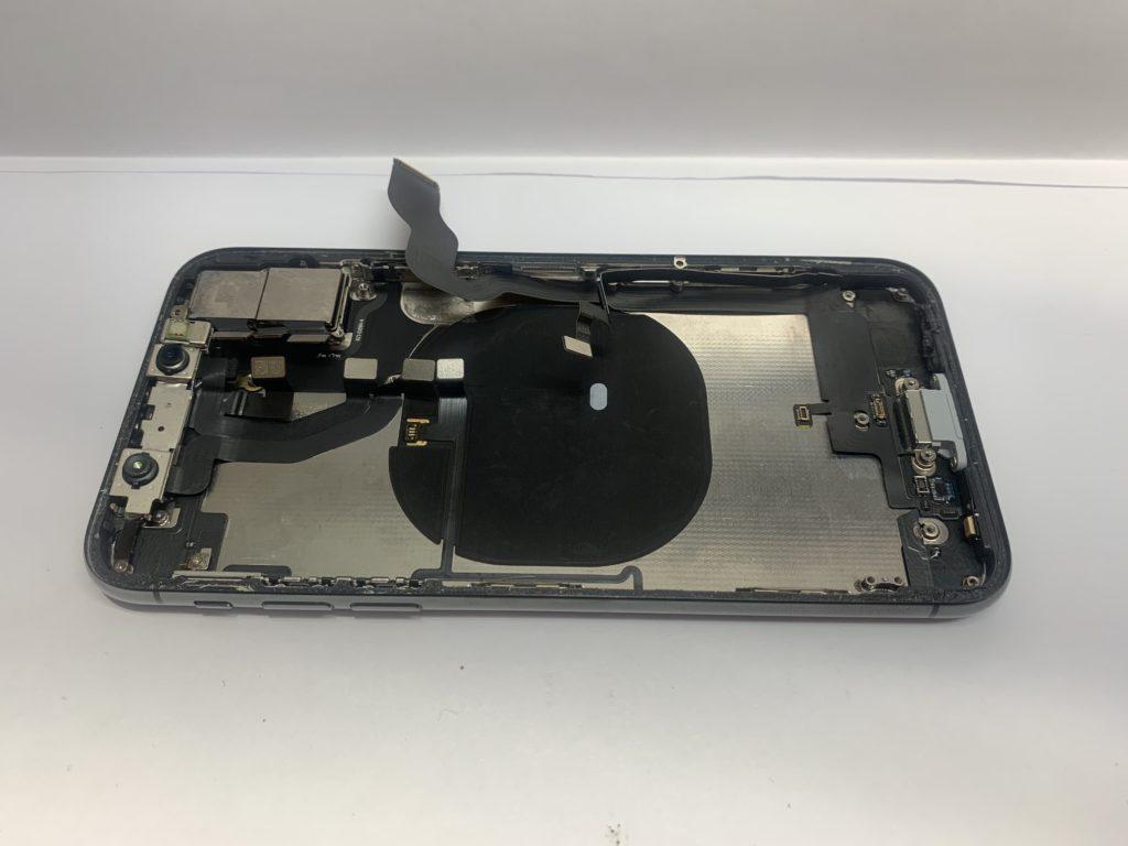 実際に故障したiPhoneXのパーツ交換の様子