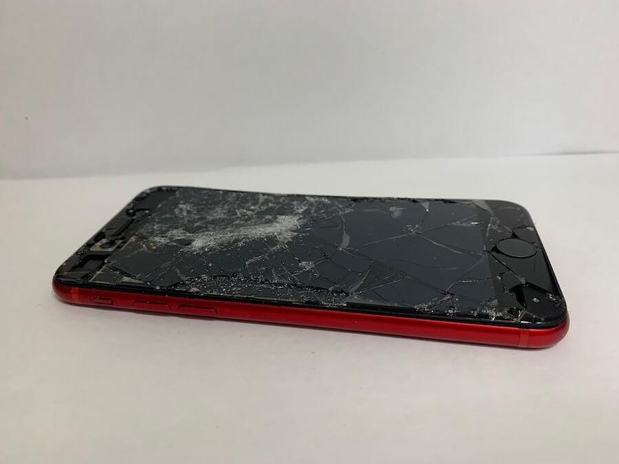 修理前の実際に修理のご相談いただいた際の破損したiPhone8の様子
