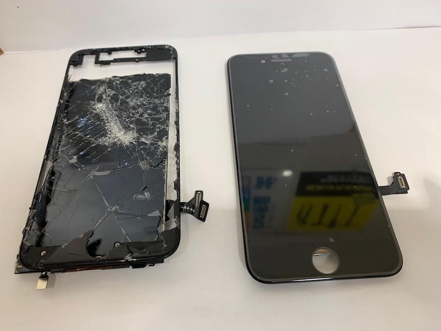 破損したiPhone8の画面と交換用の画面液晶の比較の様子