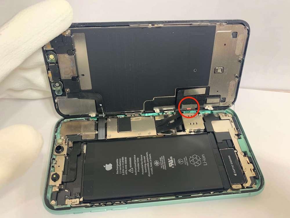 iPhone11の分解中の写真