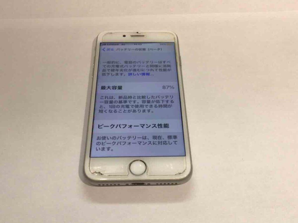 写真は、修理前のiPhone8です。