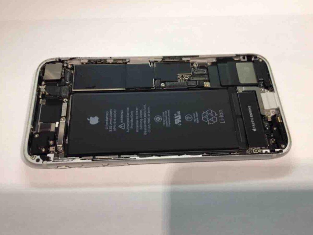 こちらは、iPhone8の端末内部の写真です。