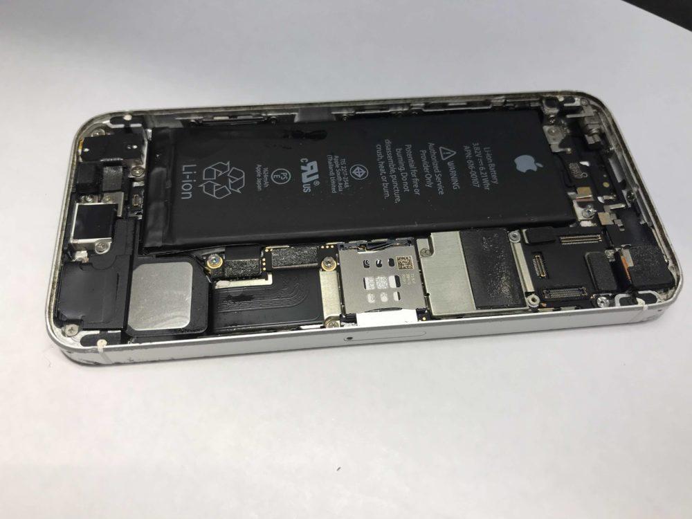 実際の故障したiPhoneSEの様子です。