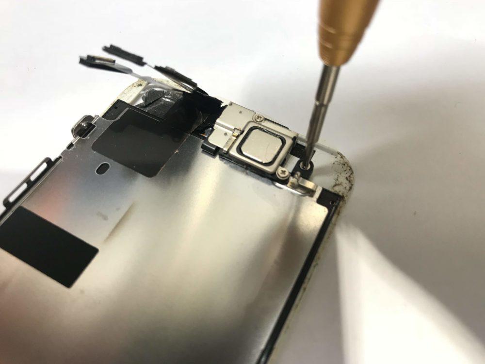 修理のために実際のiPhoneSEを分解している様子