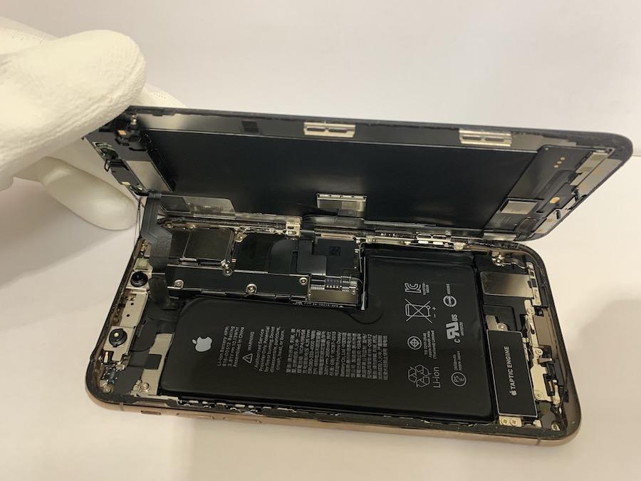 実際に修理したiPhoneXSの分解途中の様子