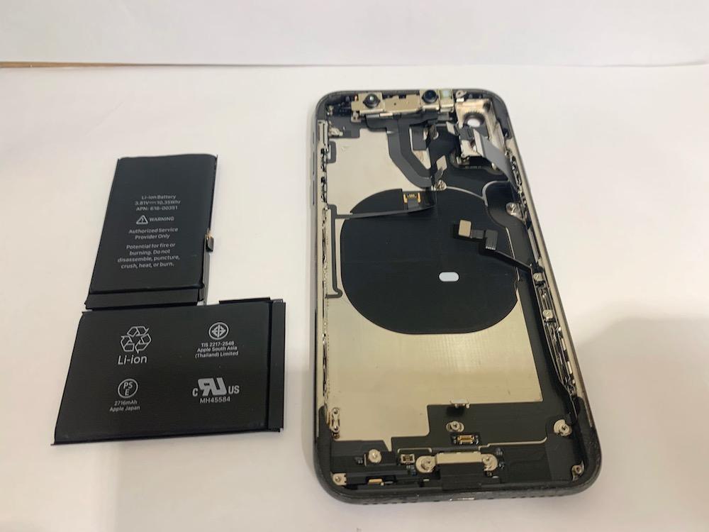内部のパーツを取り外したiPhoneXの写真