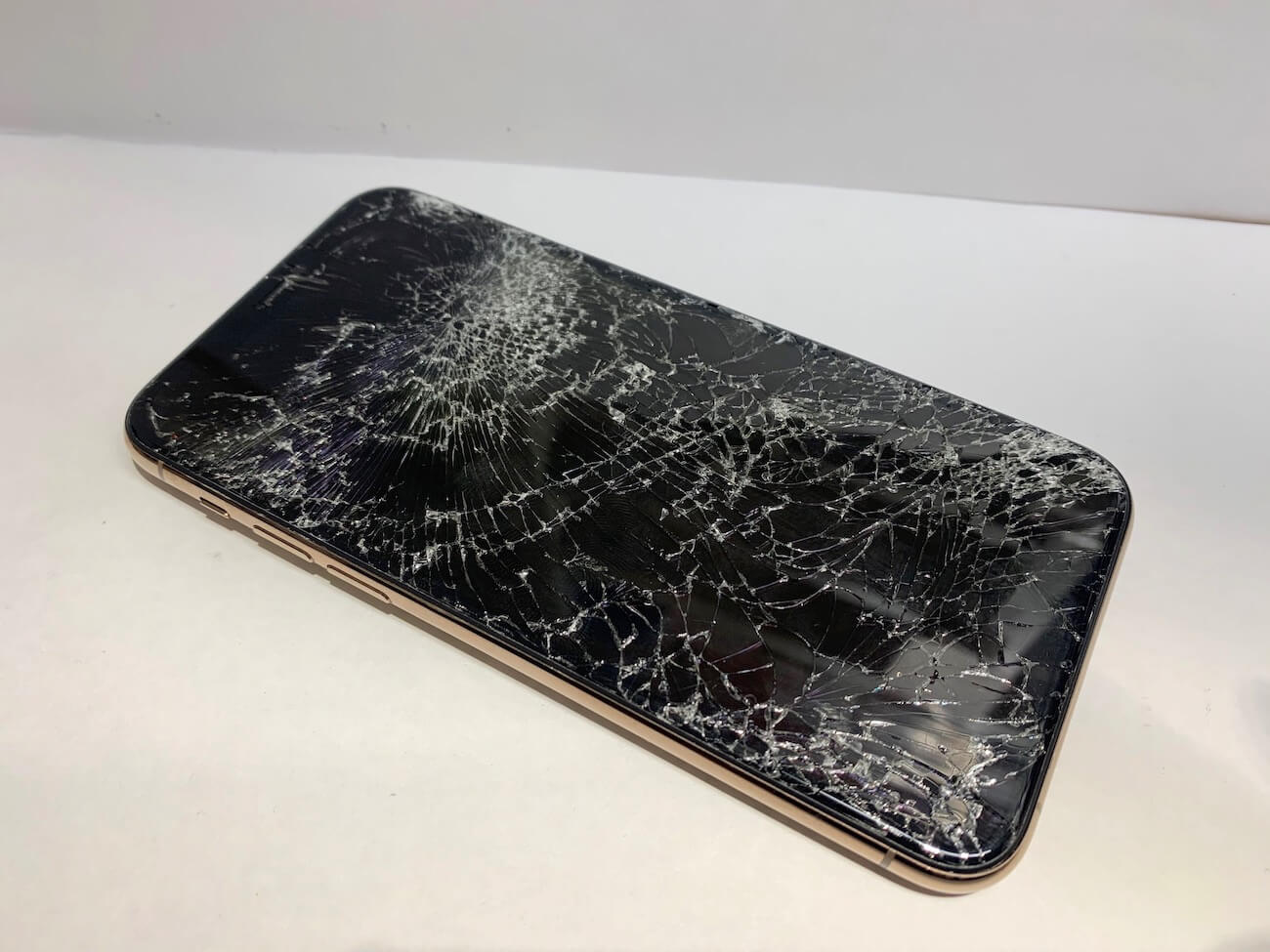 修理前のiPhone11Proの写真