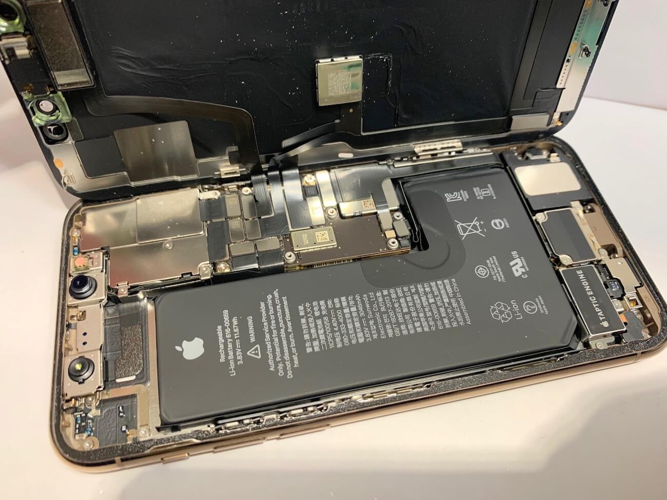 分解中のiPhone11Proの写真