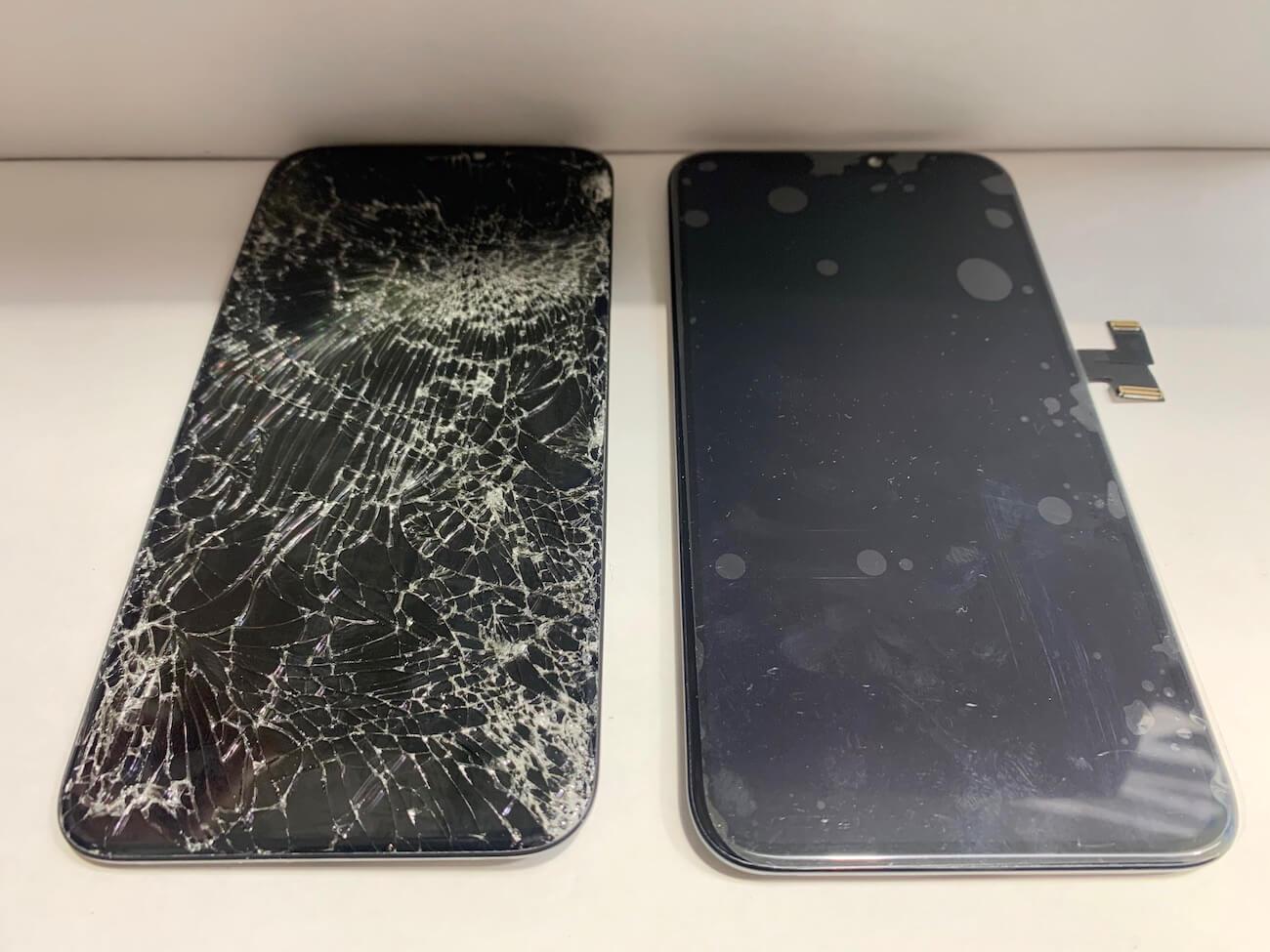 破損したiPhone11Proの画面と交換用の画面部品の比較の様子