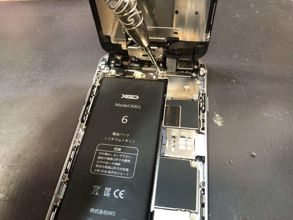 発熱する原因を調査するためにiPhone6の内部を調査している様子
