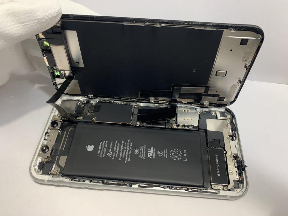 画面が点かなくなってしまったiPhoneXRの分解の様子
