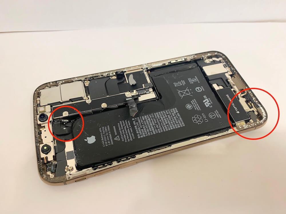 分解中のiPhoneXSに異物が入り込んでいると分かる写真です。