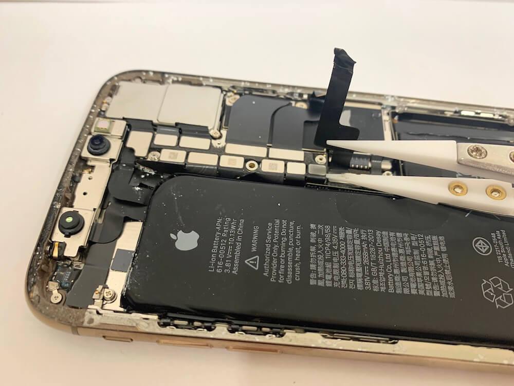 分解中のiPhoneXSの写真です。