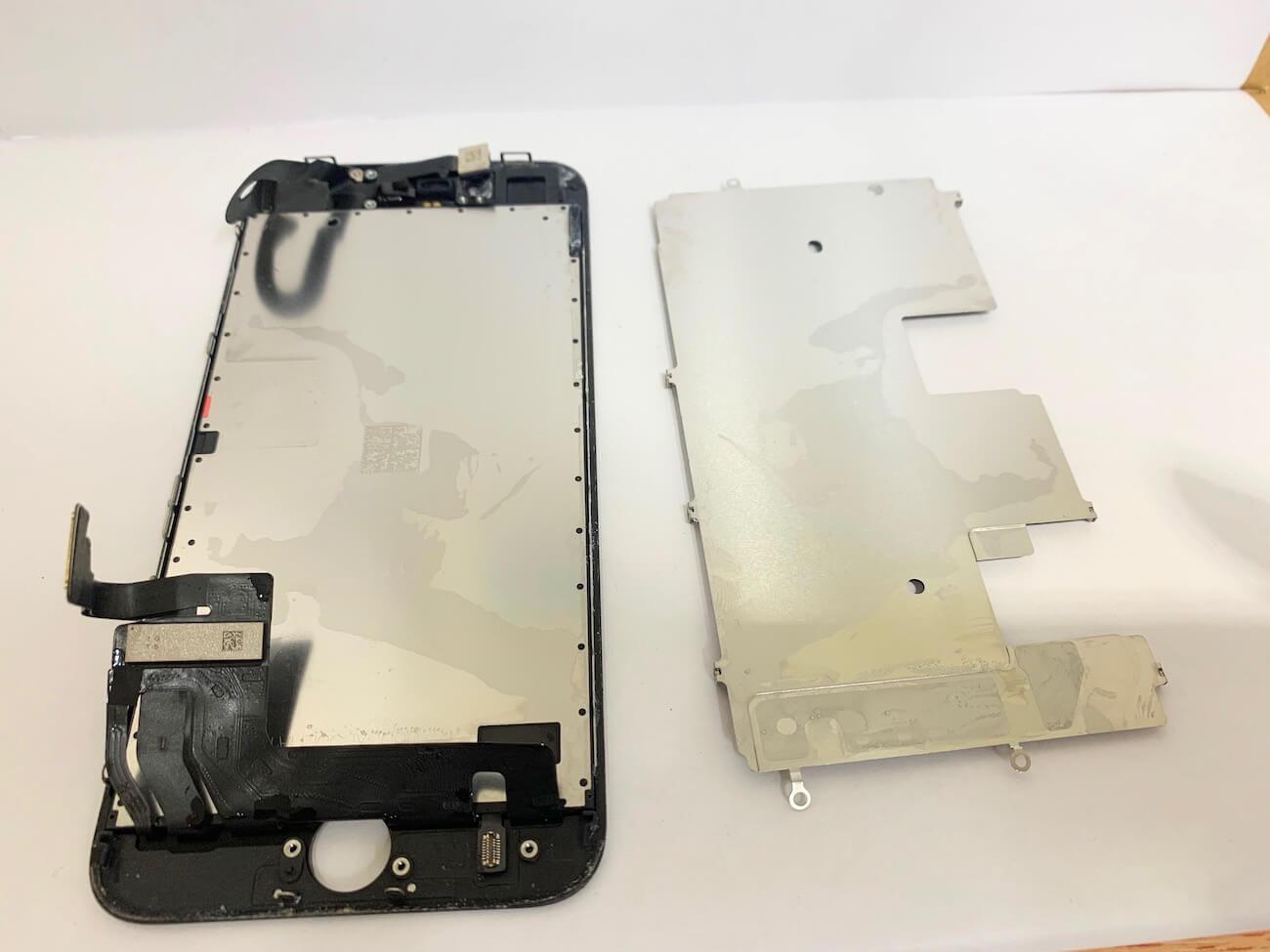 写真は、iPhoneSE(第二世代)に取り付けられていた画面液晶