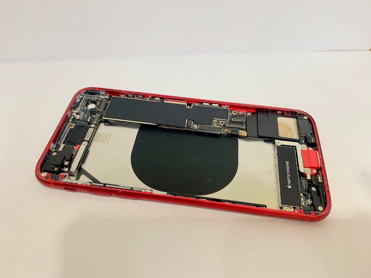 写真は、作業中のiPhoneSE(第二世代)