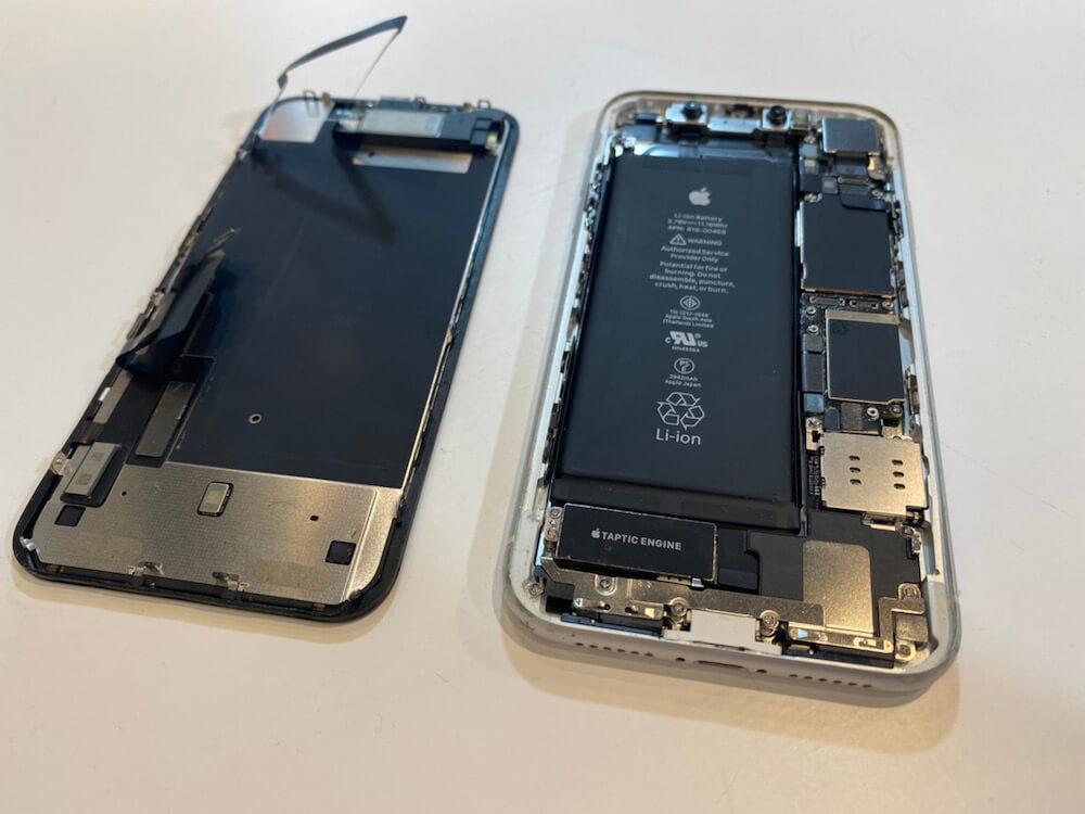 写真は、iPhoneXRの画面を分解した写真です