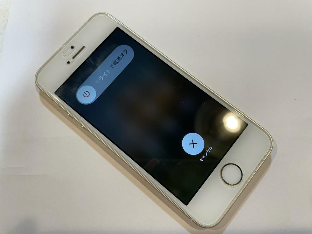 写真は、修理前のiPhone SEの写真です。