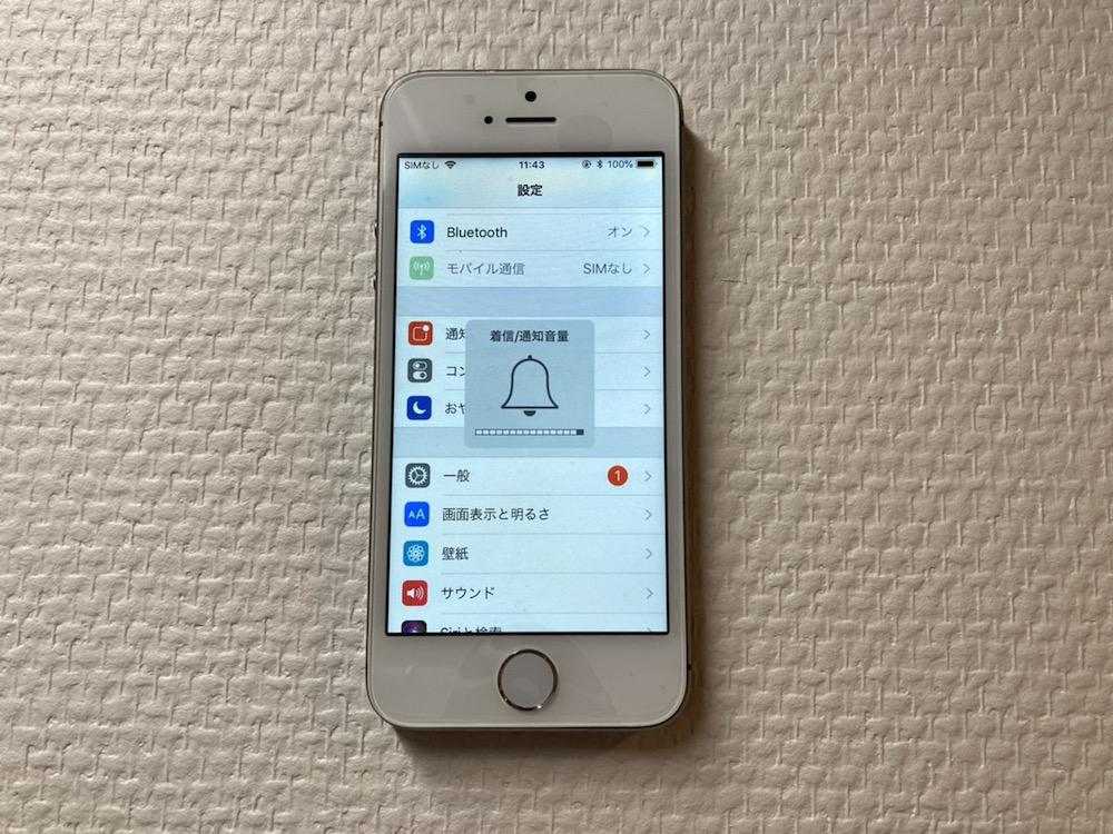 写真は、修理後のiPhoneSEの様子です。