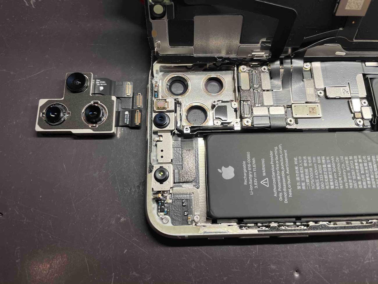 故障したiPhone11Proを分解した様子です。