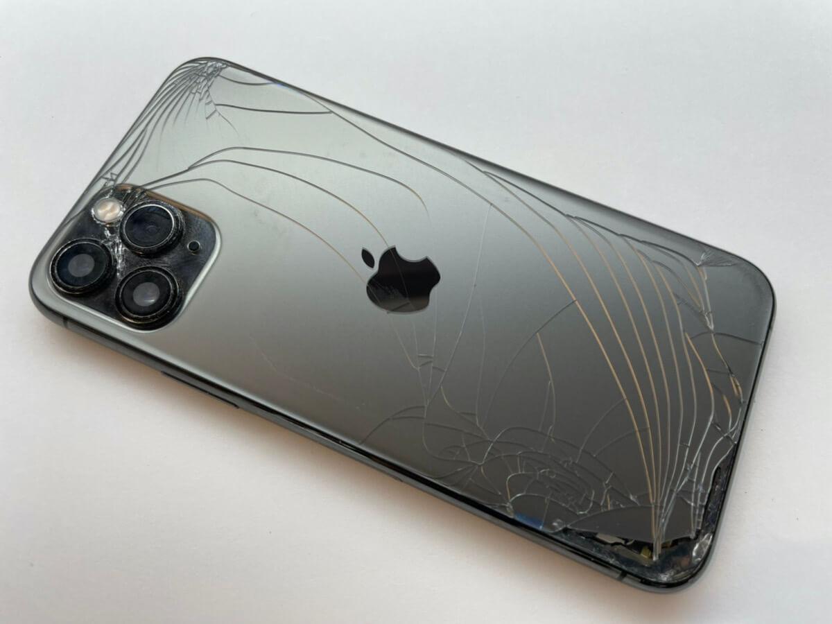 写真は修理前の故障したiPhone11Proの背面です。