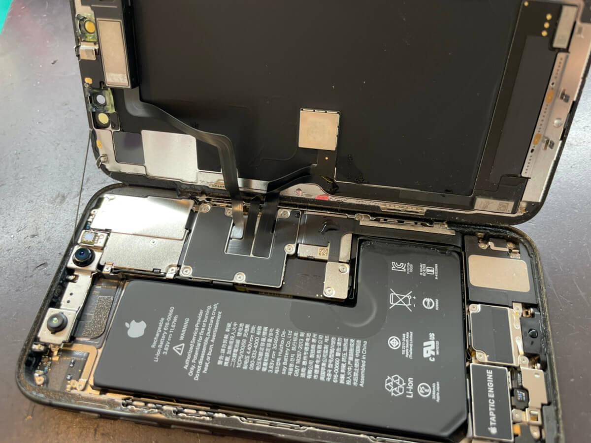 写真は、故障したiPhone11Proを分解してる写真です。