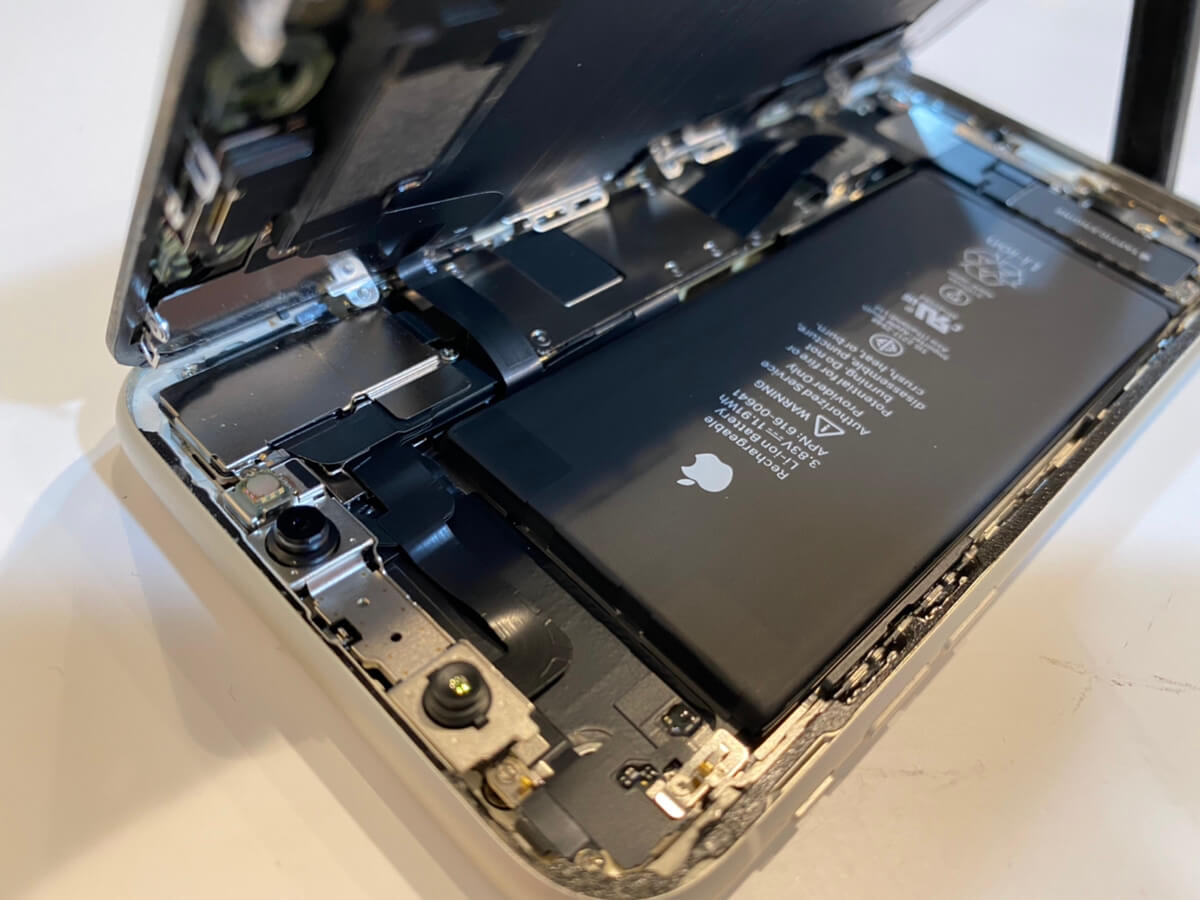 写真は、分解したiPhone11の1枚目です。