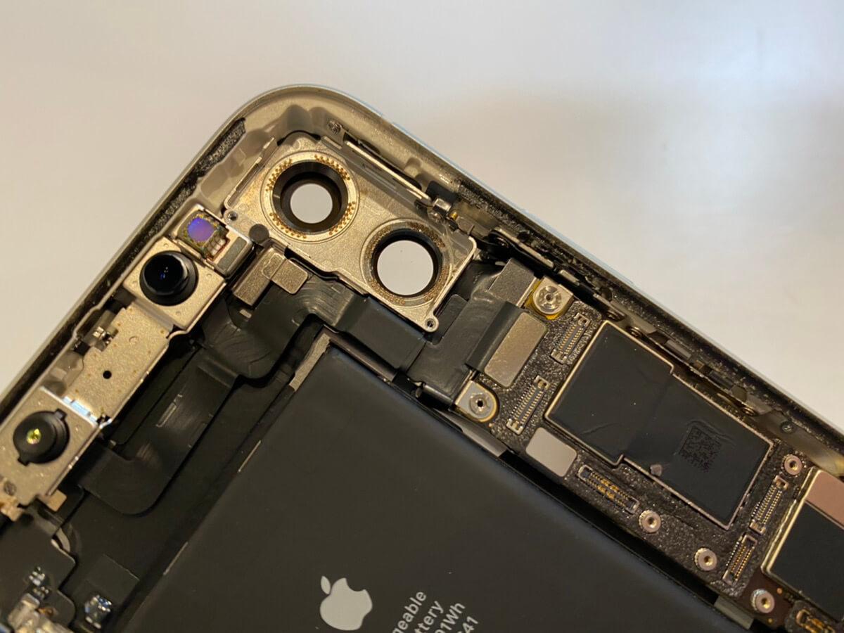 写真は、故障の可能性が高いカメラユニットの取り外しを行った状態です。