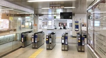 阪急茨木市駅京都方面改札を出て正面の階段を降ります。