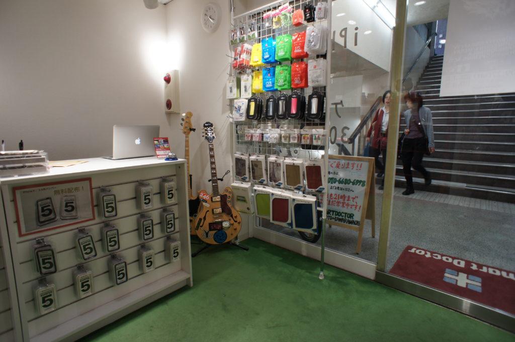 スマートドクタープロ京都河原町店の店内カウンターの「修理お申し込み〜完了」までの様子