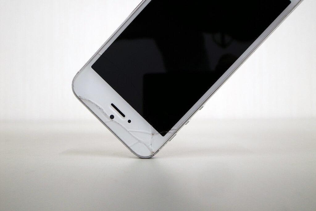 iPhoneを落下によりガラスが傷やバキバキに割れた時