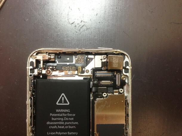 iPhone内部のホコリ除去後
