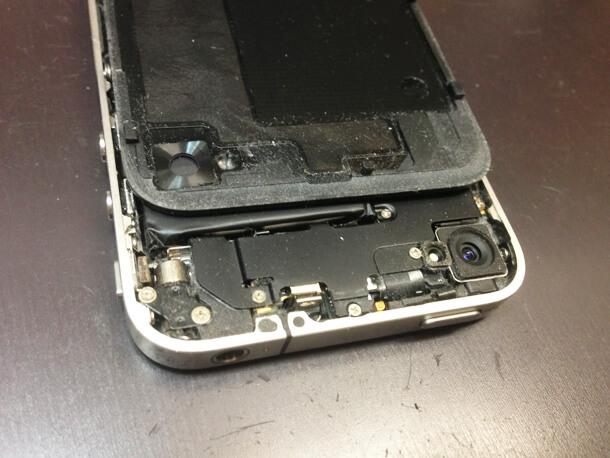 iPhone内部にホコリがたまりバイブレーター故障