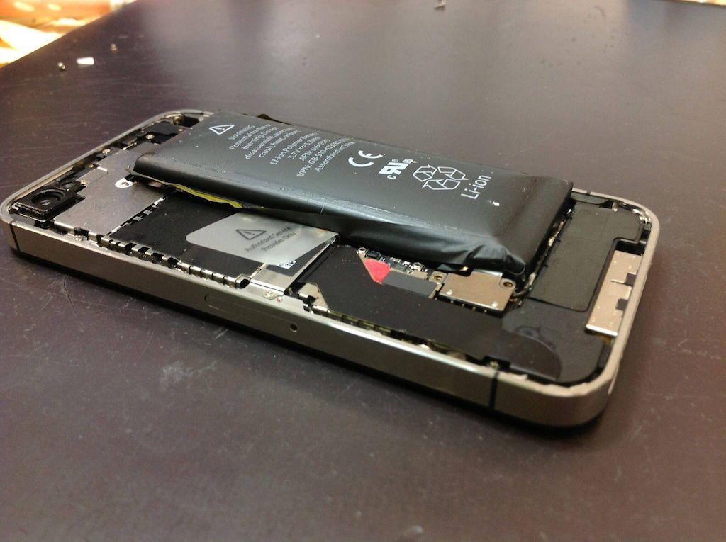 iPhoneのバッテリー膨張の危険性。使い続けると発火や爆発も!?