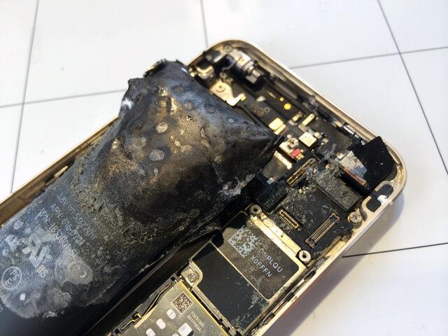 発火したiPhoneのバッテリー