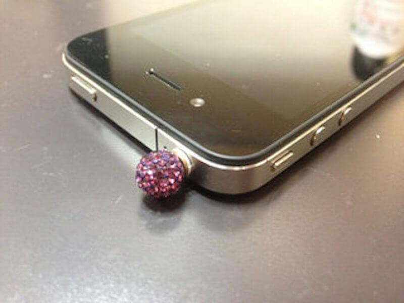 iPhoneのイヤホンジャックに詰まった異物を「自分で取り出す方法」